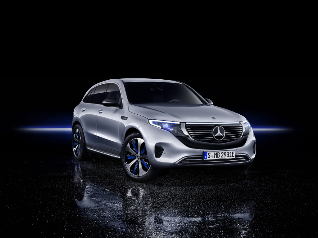 Mercedes-Benz EQC 400 4MATIC, (BR N293) / Hightechsilber / Interior: Electric Art / Der neue Mercedes-Benz EQC - der erste Mercedes-Benz der Produkt- und Technologiemarke EQ. Mit seinem nahtlosen klaren Design ist der EQC ein Vorreiter einer avantgardistischen Elektro-Ãsthetik mit wegweisenden Designdetails und markentypischen Farbakzenten auÃen wie innen.;Stromverbrauch kombiniert: 22,2 kWh/100 km; CO2 Emissionen kombiniert: 0 g/km*, Angaben vorläufig  Mercedes-Benz EQC 400 4MATIC, (BR N293) / hightech silver / Interior: Electric Art / The new Mercedes-Benz EQC - the first Mercedes-Benz under the product and technology brand EQ. With its seamless, clear design, the EQC is a pioneer for an avant-garde electric look with trailblazing design details and colour highlights typical of the brand both inside and out.;combined power consumption: 22.2 kWh/100 km; combined CO2 emissions: 0 g/km*, provisional figures
