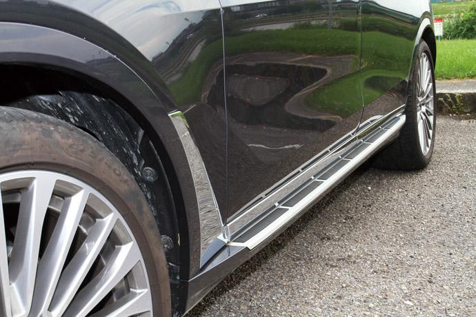 標配固定式鋁質登車踏板以增添上下車便利度。