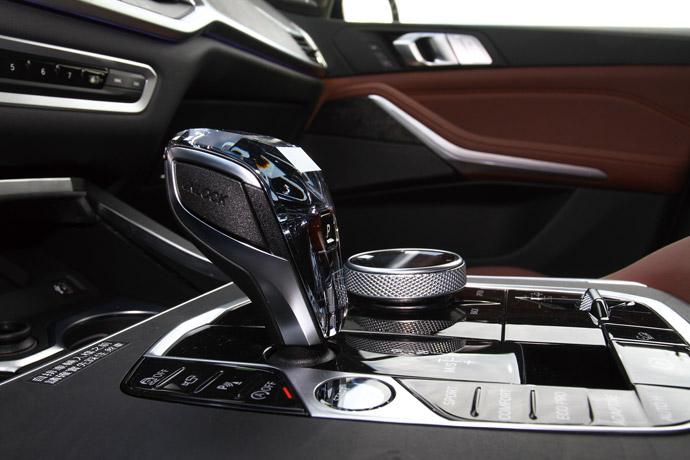 中控台水晶套件使排檔座、iDrive手寫觸控旋鈕和自設功能旁的旋鈕採透明呈現。
