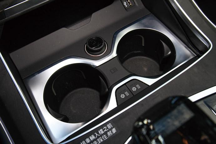 置杯架具備冷熱恆溫功能,能使飲料個別保冷或保溫。
