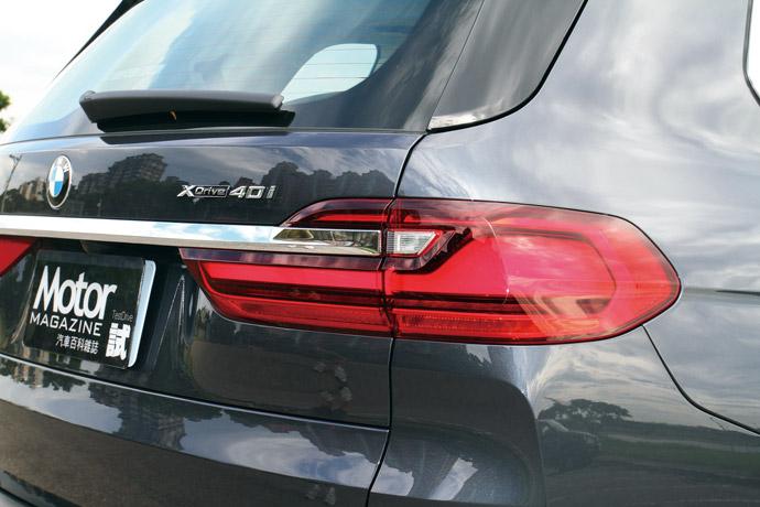 尾廂門鍍鉻飾條貫穿左右LED尾燈呈現高雅寬闊感。