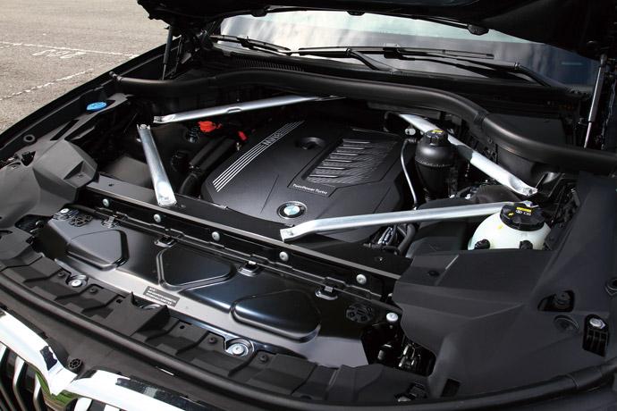 搭載3.0升直列六缸渦輪增壓引擎,可輸出最大動力340hp/45.9kgm。