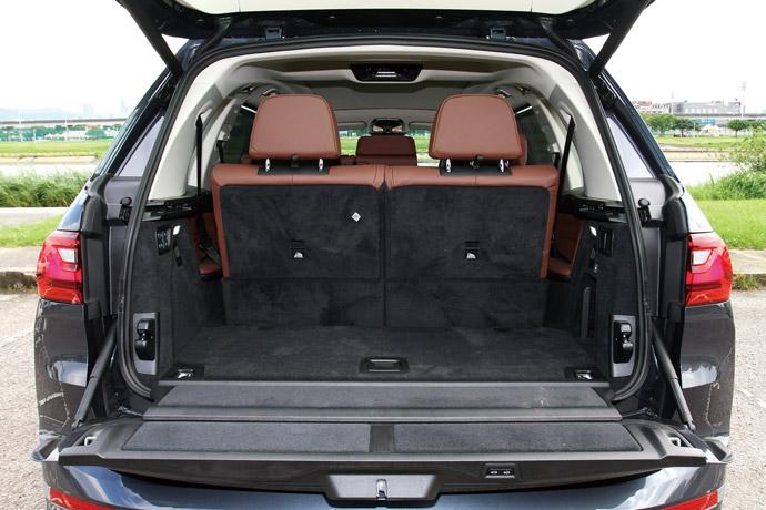 尾廂門配備上下對開電動啟閉系統,行李廂空間最大可擴充至2120公升。