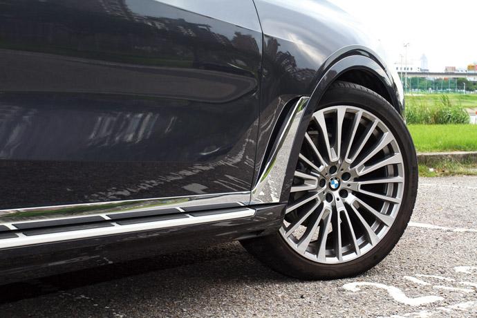 標配22吋多輻式鋁圈,在行駛路感上絲毫不受影響。