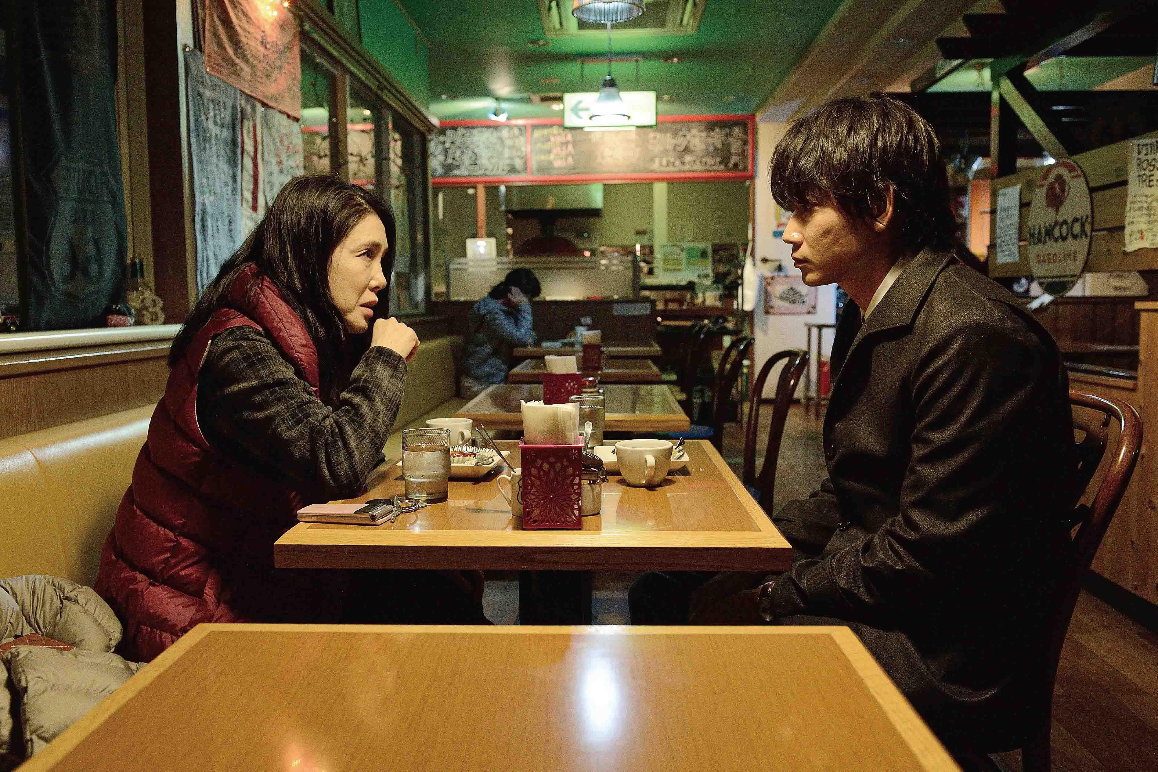 綾野剛(右)和松田龍平的驚人魅力,也讓夾在兩人中間的旁觀者筒井真理子(左)直呼受不了,「綾野剛變得越來越可愛了,看到他常常讓我心跳加速...」