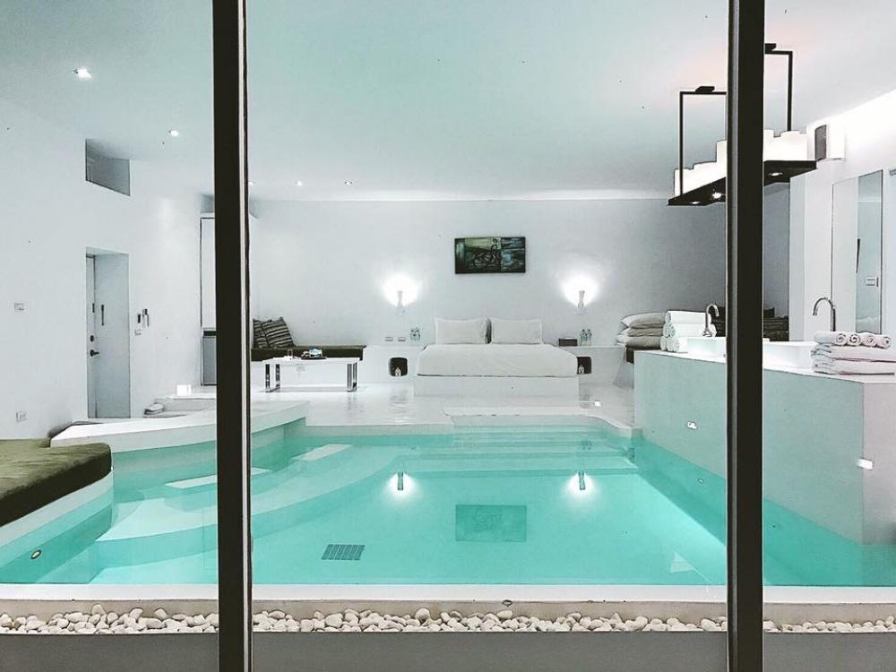 浮誇的室內泳池媲美希臘旅店,成為網美打卡拍照熱點。