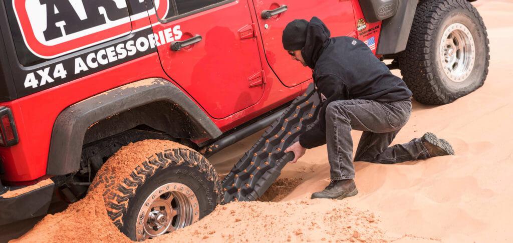 脫困板(Recovery Board)可以適時讓輪胎恢復抓地力,這樣就可以順利開出去。