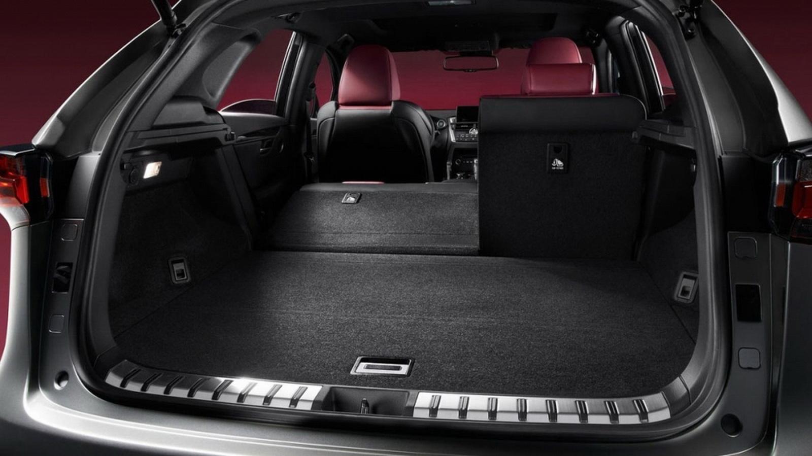 圖/兩者最大差異在於,2020 Lexus NX 200菁英Plus版多了電動尾門,且新增腳踢式感應開啟,當車主雙手提著行李或重物時,僅需將腳輕輕掃過保險桿下方的感應裝置就能開啟。