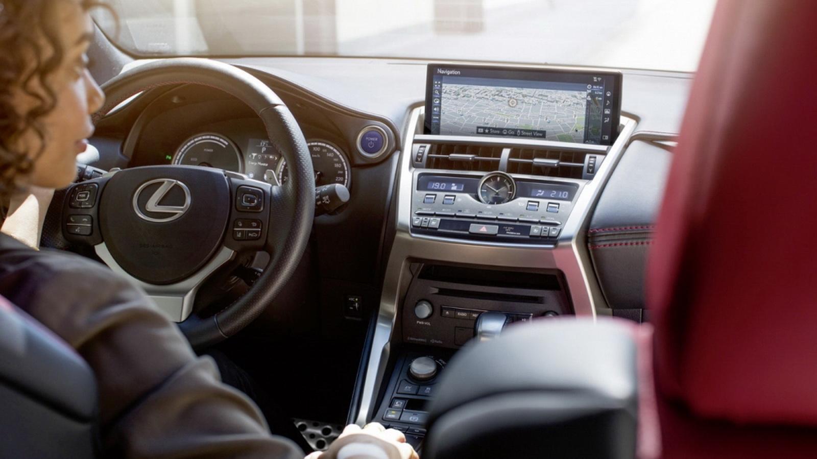圖/Lexus NX 200中控台螢幕升級為10.3吋,空調控制鍵則採用媲美飛機駕艙的撥鈕,兼具科技感與極簡風格。