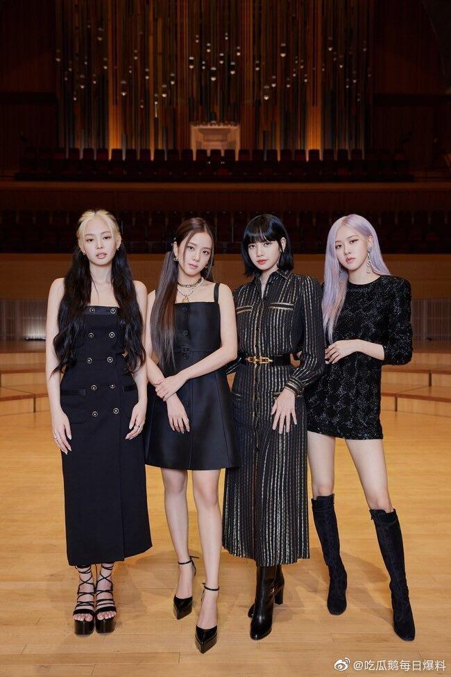 BLACKPINK四人皆以黑色的穿著造型現身記者會,卻以各自不同的搭配展現個人特色。(截自微博)