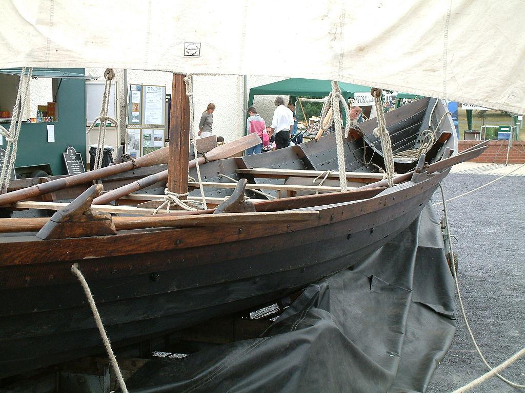 薩頓胡復刻葬船 (Photo by Russell Scott, License: CC BY-SA 2.5, 圖片來源www.flickr.com/photos/jorviking/28302474)