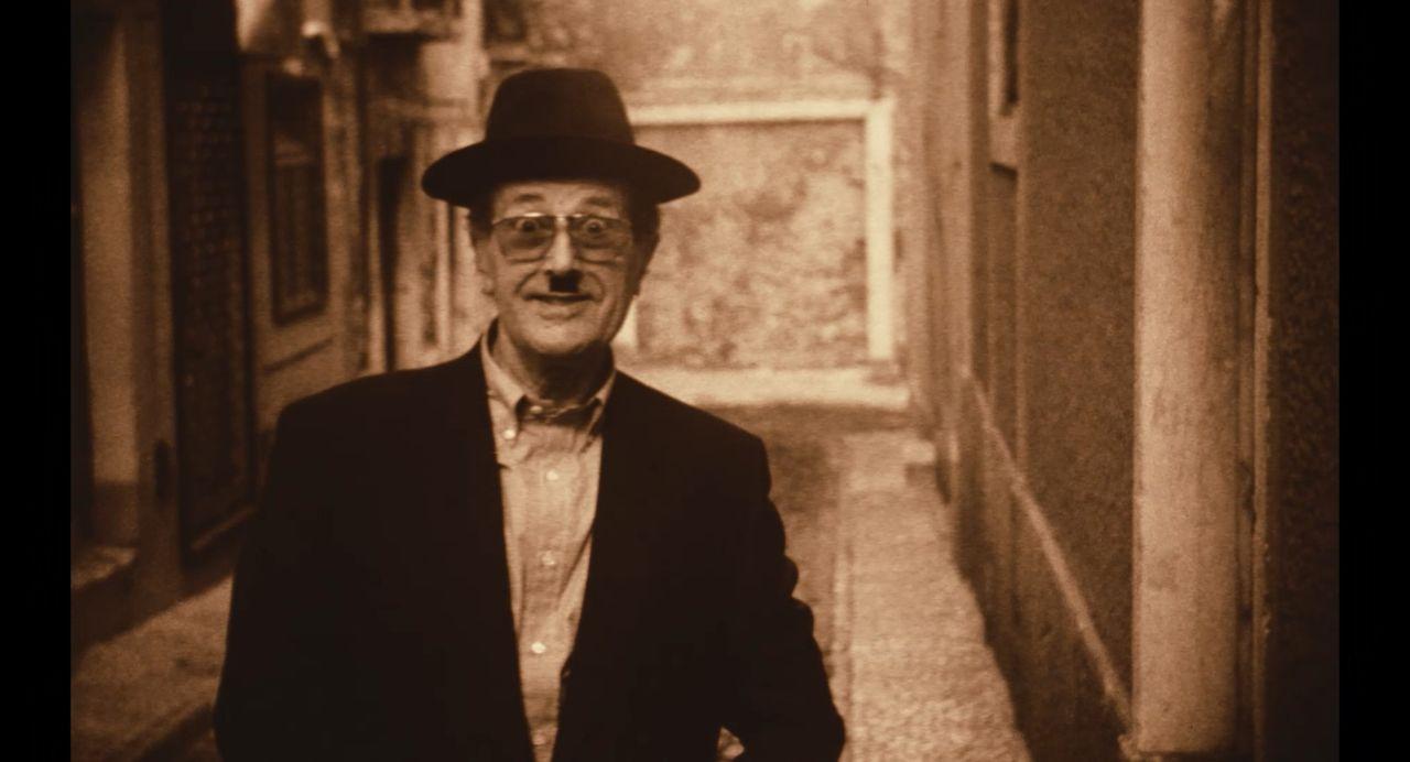 影史唯一一位橫跨默片與數位電影葡萄牙大導曼諾.迪.奧利維拉逗趣扮演卓別林