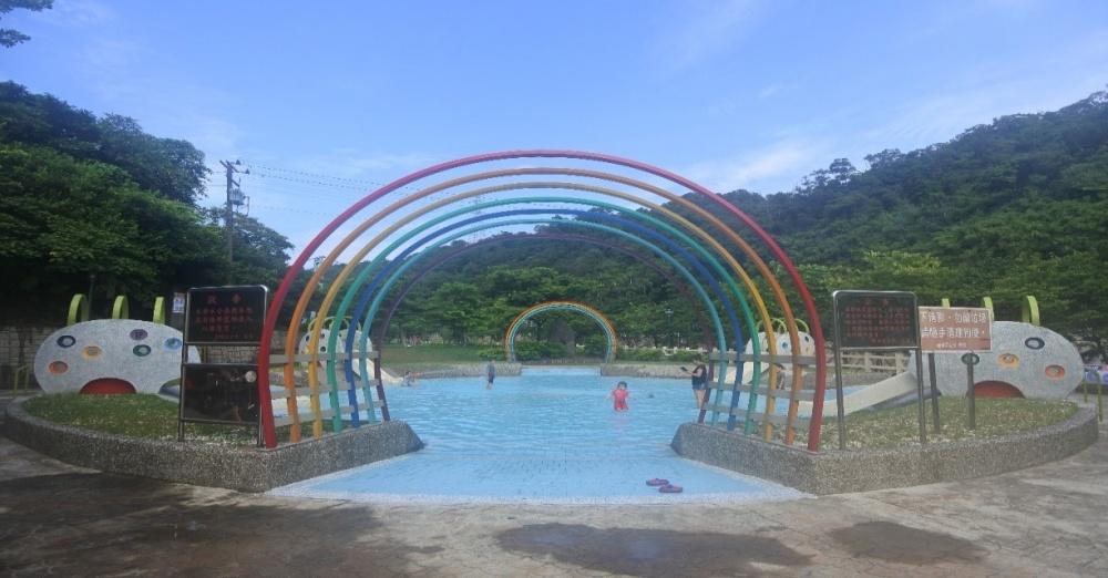 七彩繽紛的園內戲水區。(photo by 基隆市暖暖區公所 ,圖片來源)
