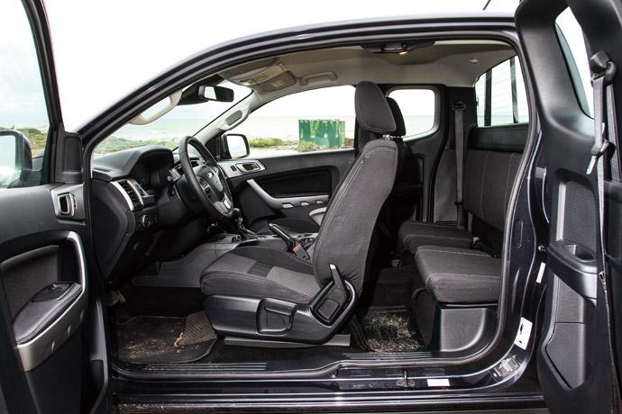 職人型採特殊的一廂半對開式設計,與2+2的座椅配置。