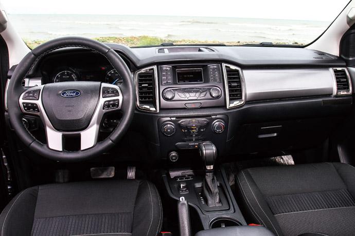 Ranger職人型的內裝鋪陳較為簡潔,但舉凡在冷氣邊框、副手套廂前方的用上霧銀飾板及鍍鉻飾條,讓車室的質感維持在一定的水平。