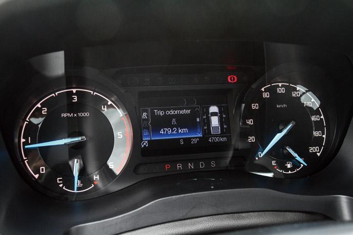 儀錶板採用傳統式設計,左右分別為轉速及時速的顯示,不過在中央整合了一組4.2吋彩色資訊幕。