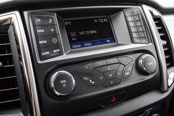 中央的SYNC娛樂系統,整合CD、FM功能外,包含連結手機連結藍牙功能也有提供。
