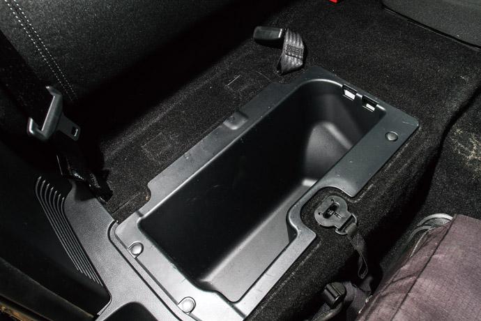 在一般沒有載人的需求下,可將座墊拉開,裡頭藏有隱密的置物空間。