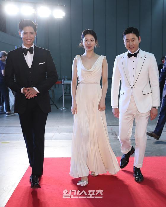 朴寶劍、秀智、申東燁以「黑白配」的穿著組合互相搭配現。(截自微博)