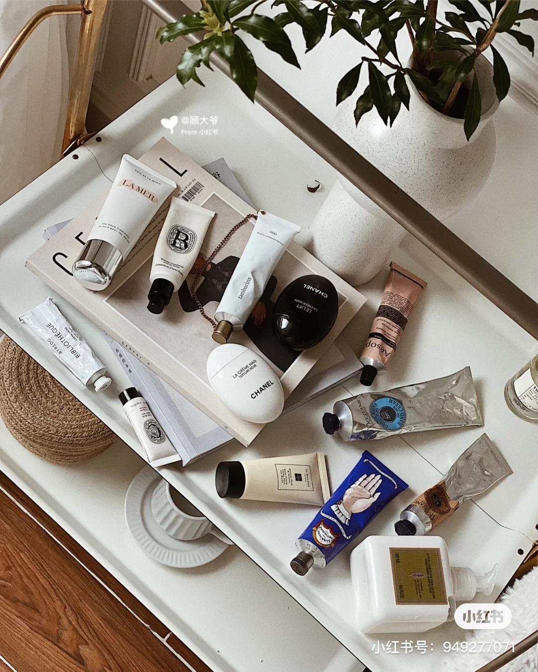 就跟護唇膏一樣,護手霜也可以在家裡、辦公室、常用的包包、車上都備著,畢竟是常用保養品,所以也不用擔心過期問題,多幫手補充營養。