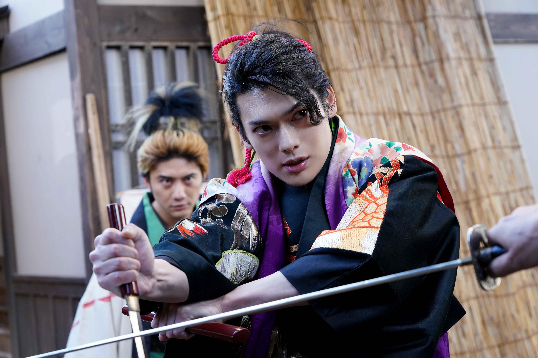 鈴木擴樹也表示,「崎山(如圖)這次的的角色很帥氣,又兼具性感,非常適合他!」
