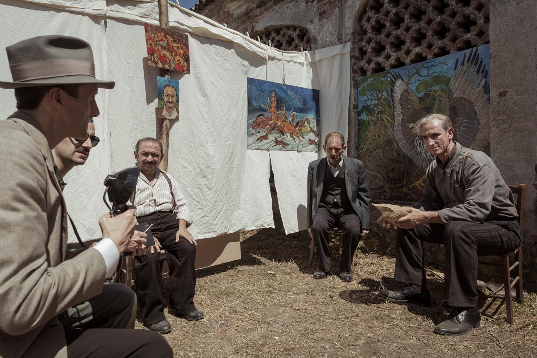 《隱藏的畫家》安東尼奧.利加布個展,接受藝評家訪問