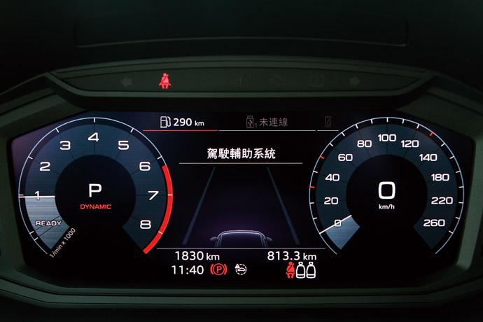 儀錶板採10.25吋數位顯示,中間可以顯示輔助系統資訊。
