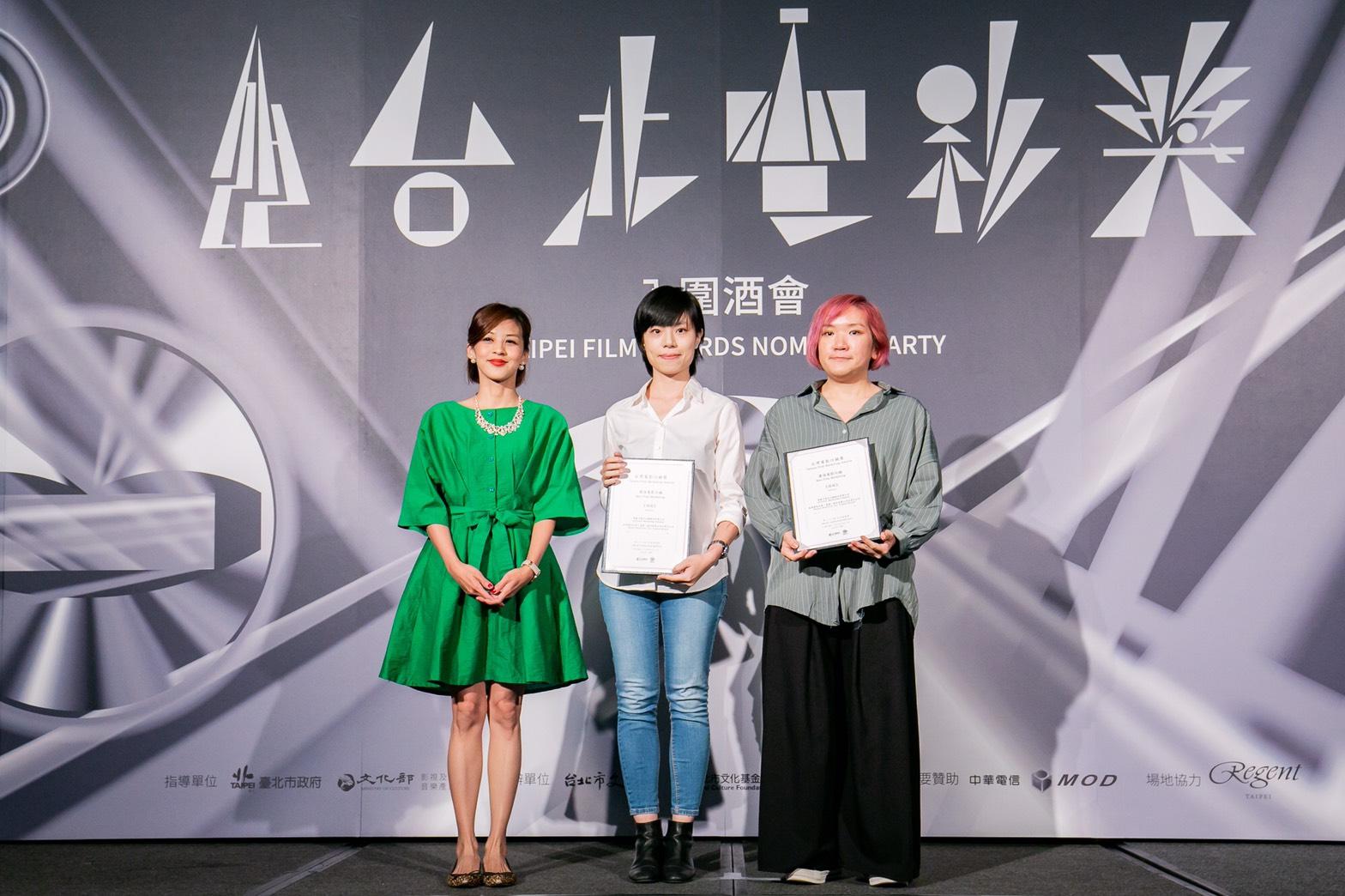 《返校》獲最佳電影行銷,牽猴子整合行銷陳怡樺(右)與美商華納台灣分公司行銷部梁牧平上台代表領獎。