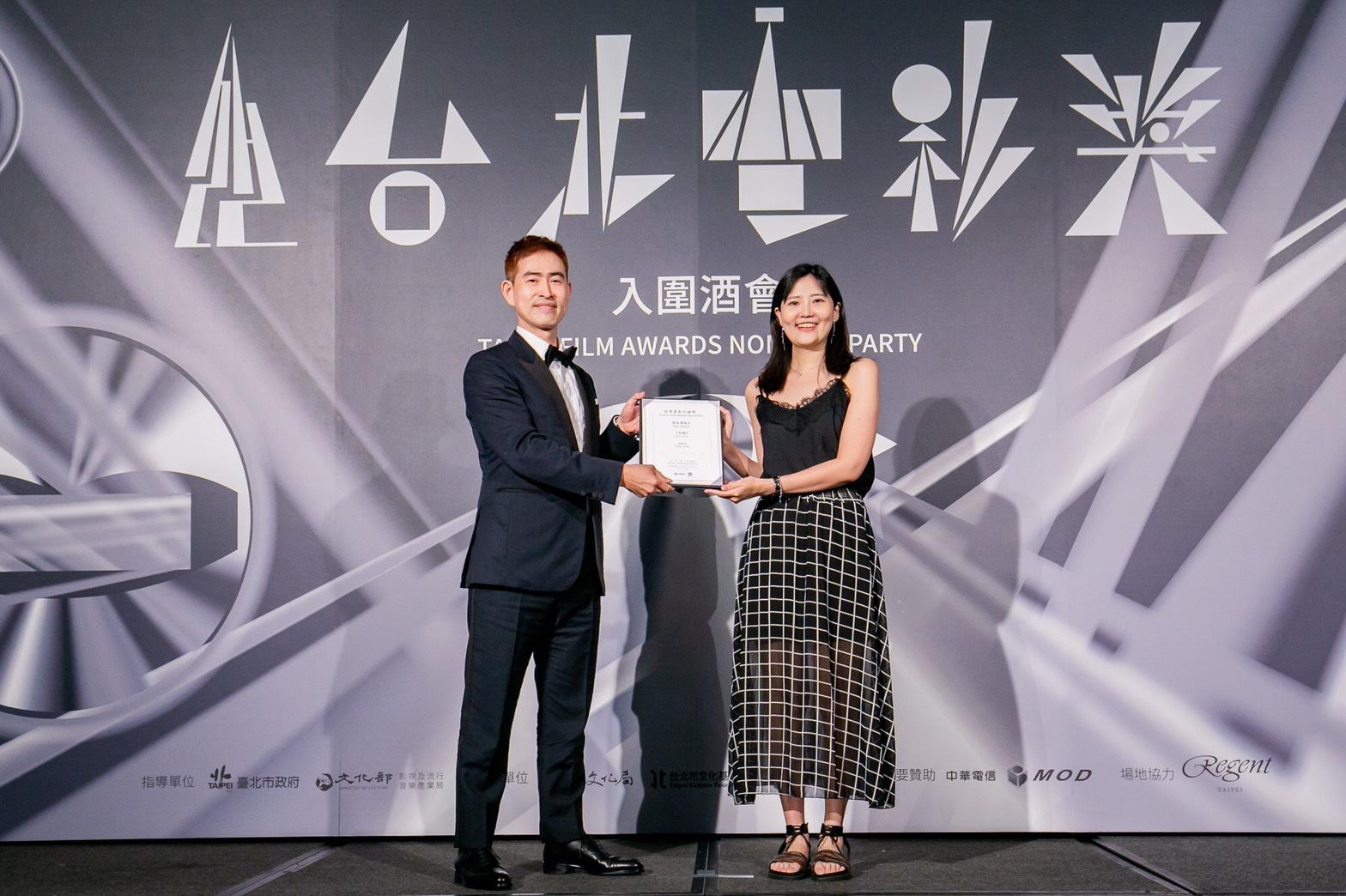 美商索尼影業台灣分公司總經理余卜康頒發最佳預告給《大餓》預告剪輯湯宜菲。