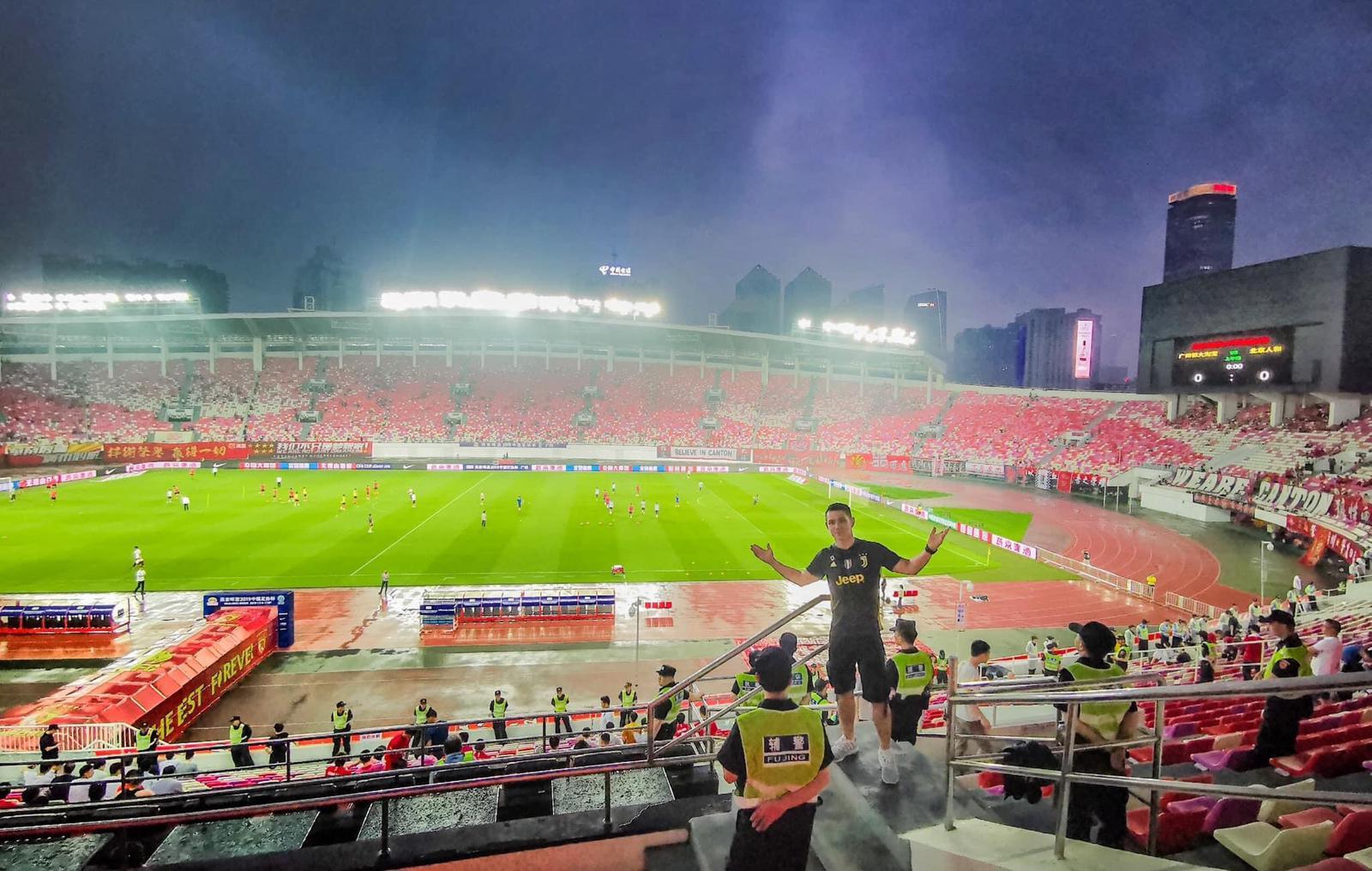 ▲曾到現場觀看足球賽事的祖雄,對於現場超嗨的氣氛非常難忘。