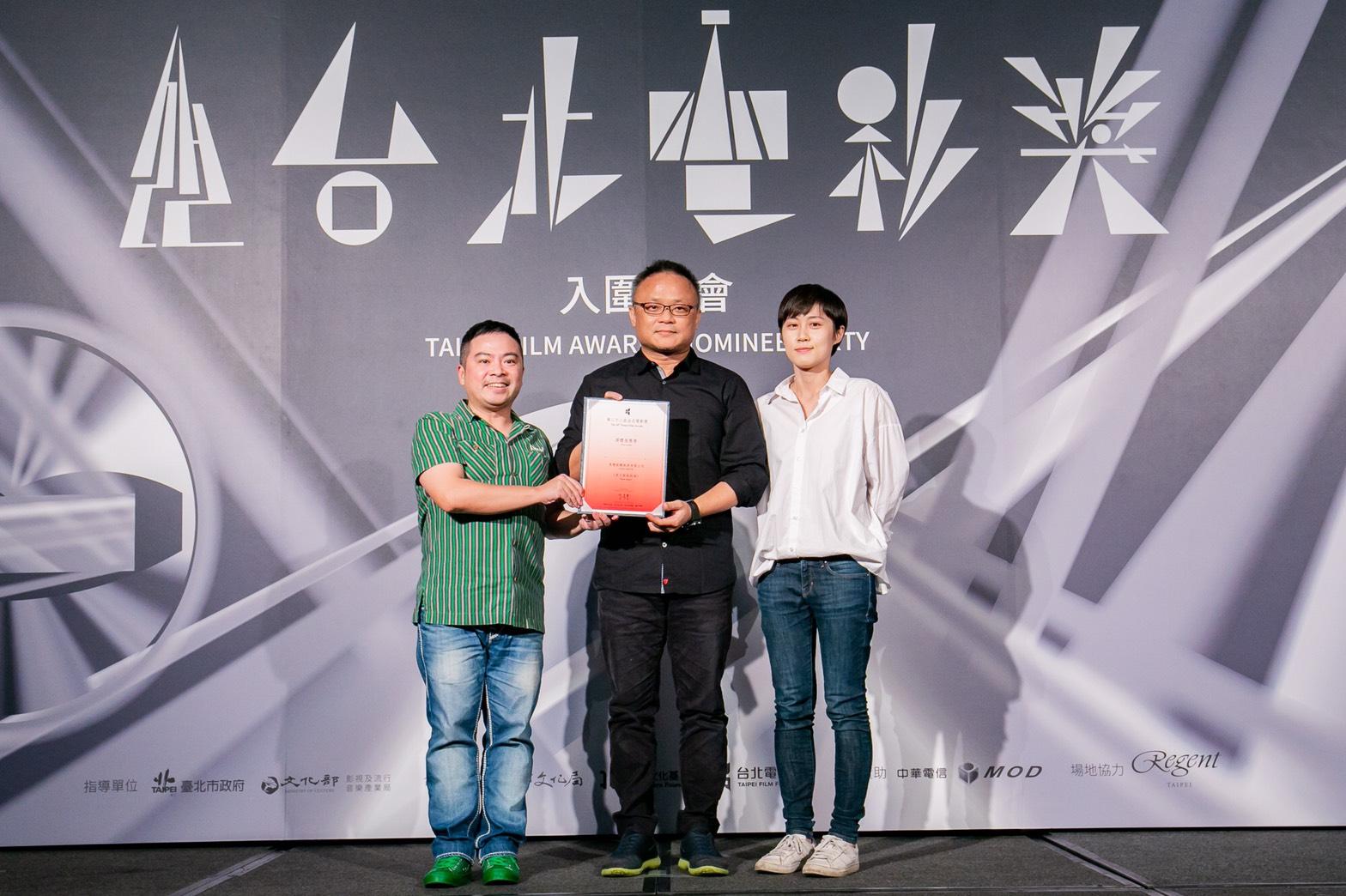 中國時報影視副主任林志勳(左)與明潮MIN'T娛樂副主任楊景婷(右)頒發媒體推薦獎給《男人與他的海》導演黃嘉俊。