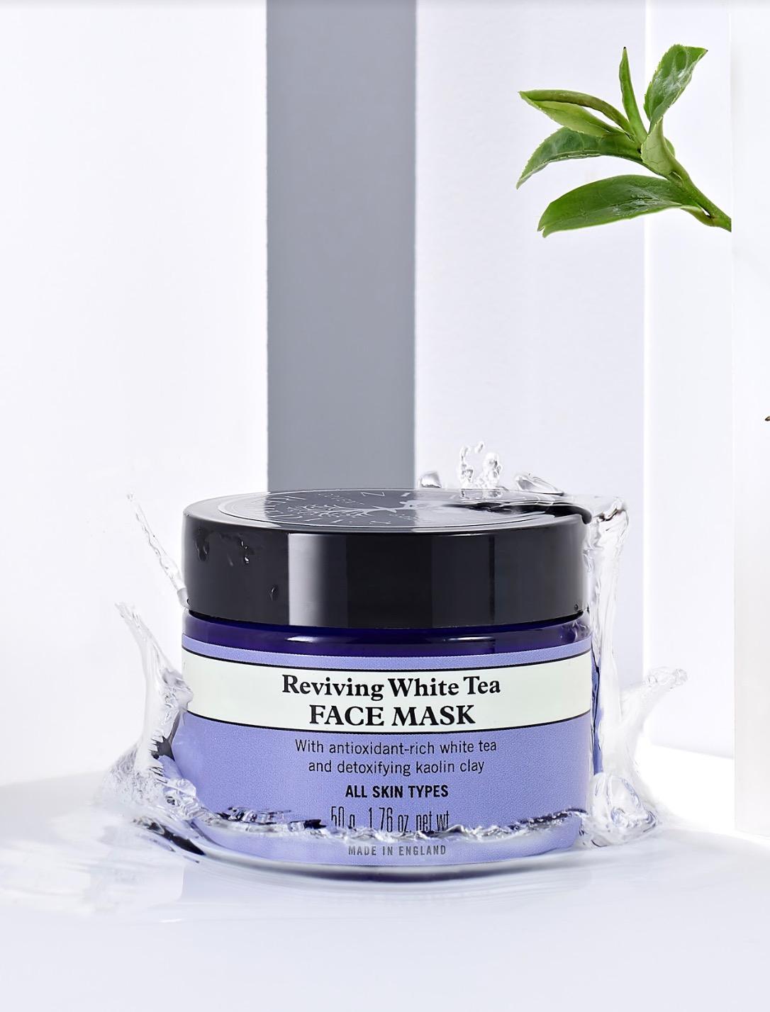 適合所有膚質以及皮膚對於環境刺激較為敏感的使用者。具良好潔淨與滋養效果,幫助肌膚維持高度滋潤,保持彈性同時減少細紋。添加白茶、乳香,與淨化肌膚的高嶺土純淨成份,高度抗氧化並深度淨化肌膚、提升肌膚防禦力。