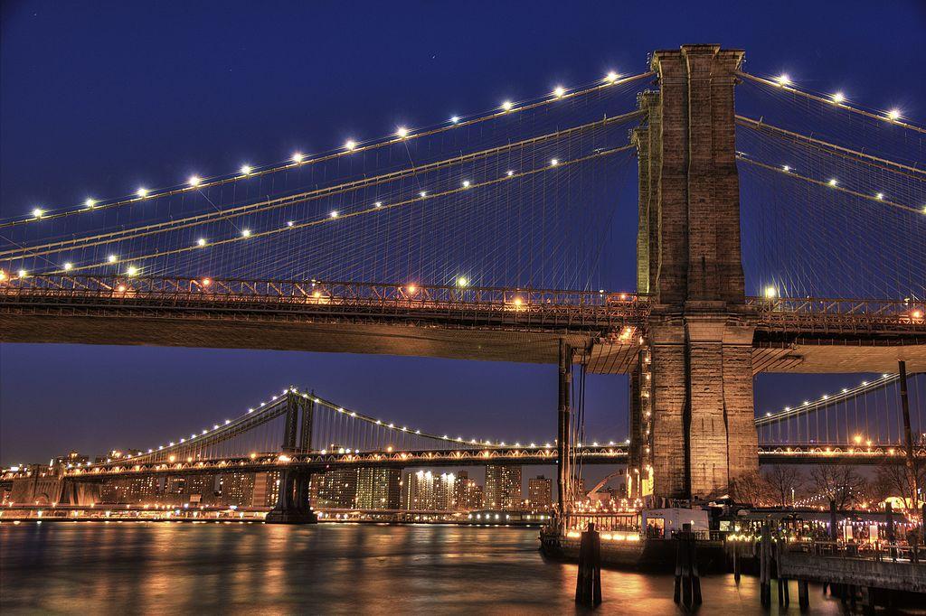 布魯克林大橋 (Photo by TomasEE, License: CC BY 3.0, 圖片來源web.archive.org/web/20161021181739/http://www.panoramio.com/photo/69846395)