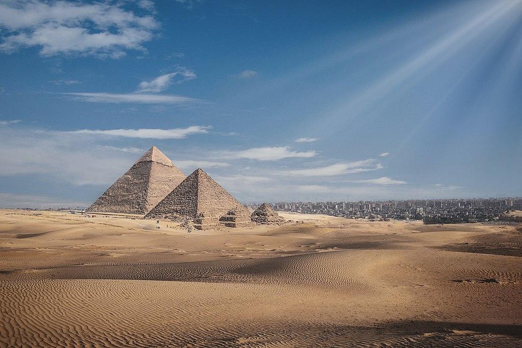 孟卡拉金字塔和卡夫拉金字塔 (Photo by Mohamedwardany, License: CC BY-SA 4.0, Wikimedia Commons提供)