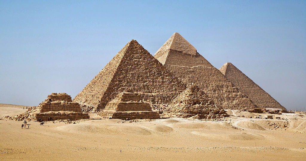 吉薩金字塔群 (Photo by Ricardo Liberato, License: CC BY-SA 2.0, 圖片來源commons.wikimedia.org/wiki/File:All_Gizah_Pyramids-2.jpg)