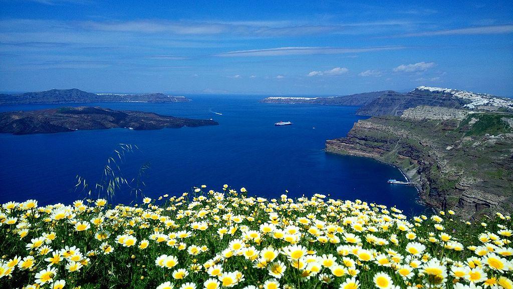 聖托里尼島的火山口 (Photo by COSTAS GONTAS, License: CC BY-SA 4.0, Wikimedia Commons提供)