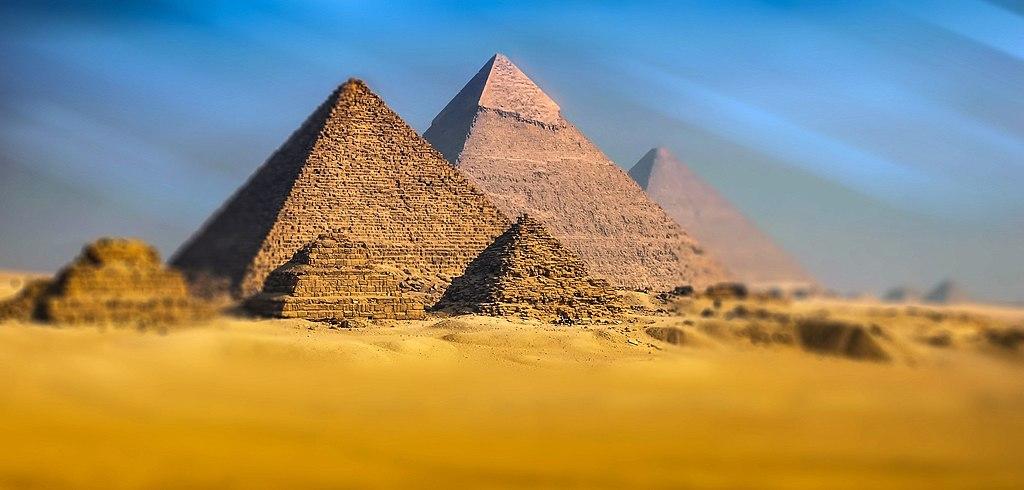 吉薩金字塔群 (Photo by Walkerssk, License: CC0, 圖片來源www.goodfreephotos.com/Free-Stock-Photos/full-view-of-the-pyramids-in-giza-egypt.jpg.php)
