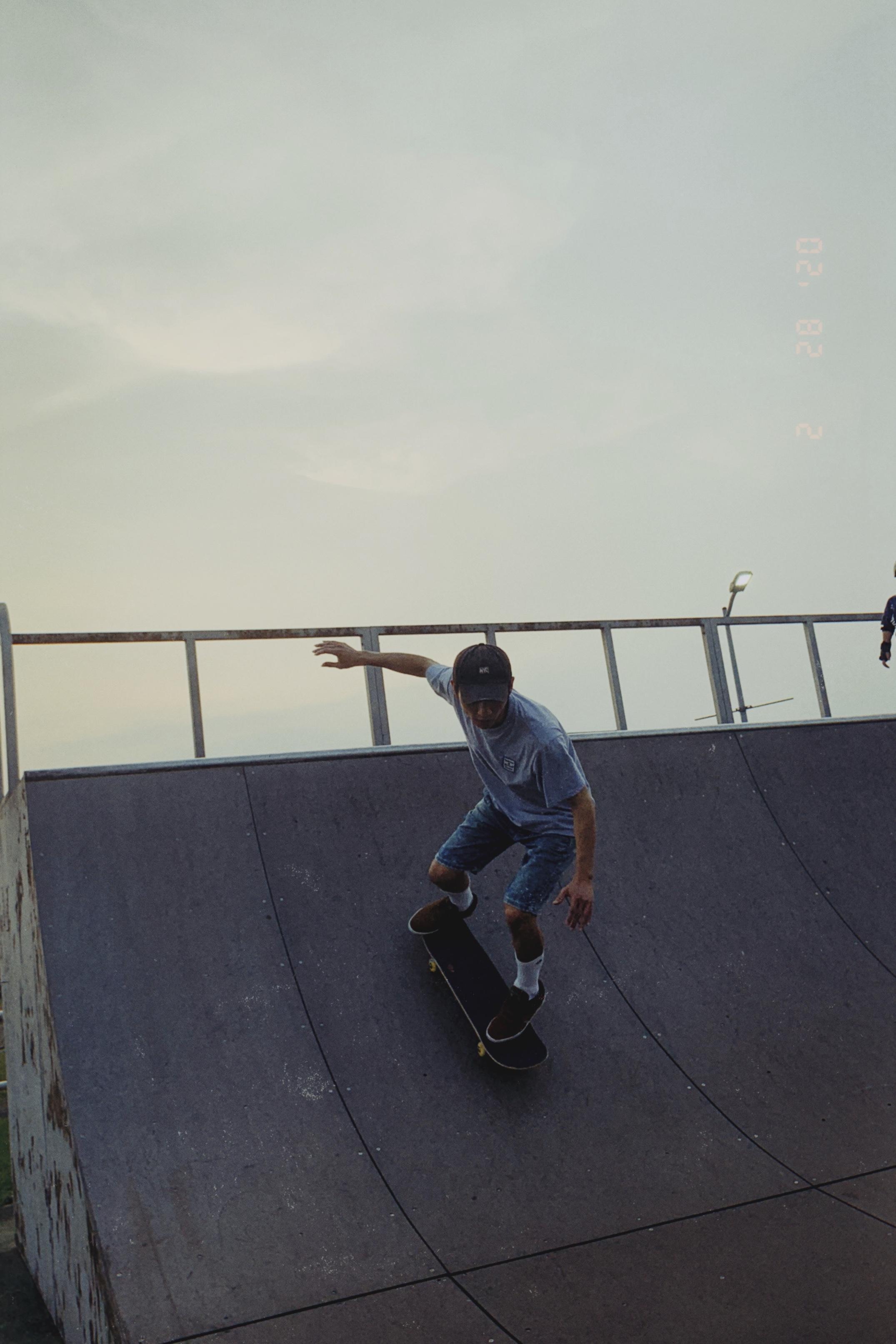 ▲上滑板運動的黃奕儒,也時常拿著滑板到處滑。