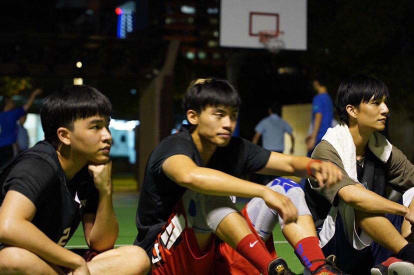 ▲黃奕儒曾與Mr. JD 得恩 、聲林之王鄭可強一起打籃球。