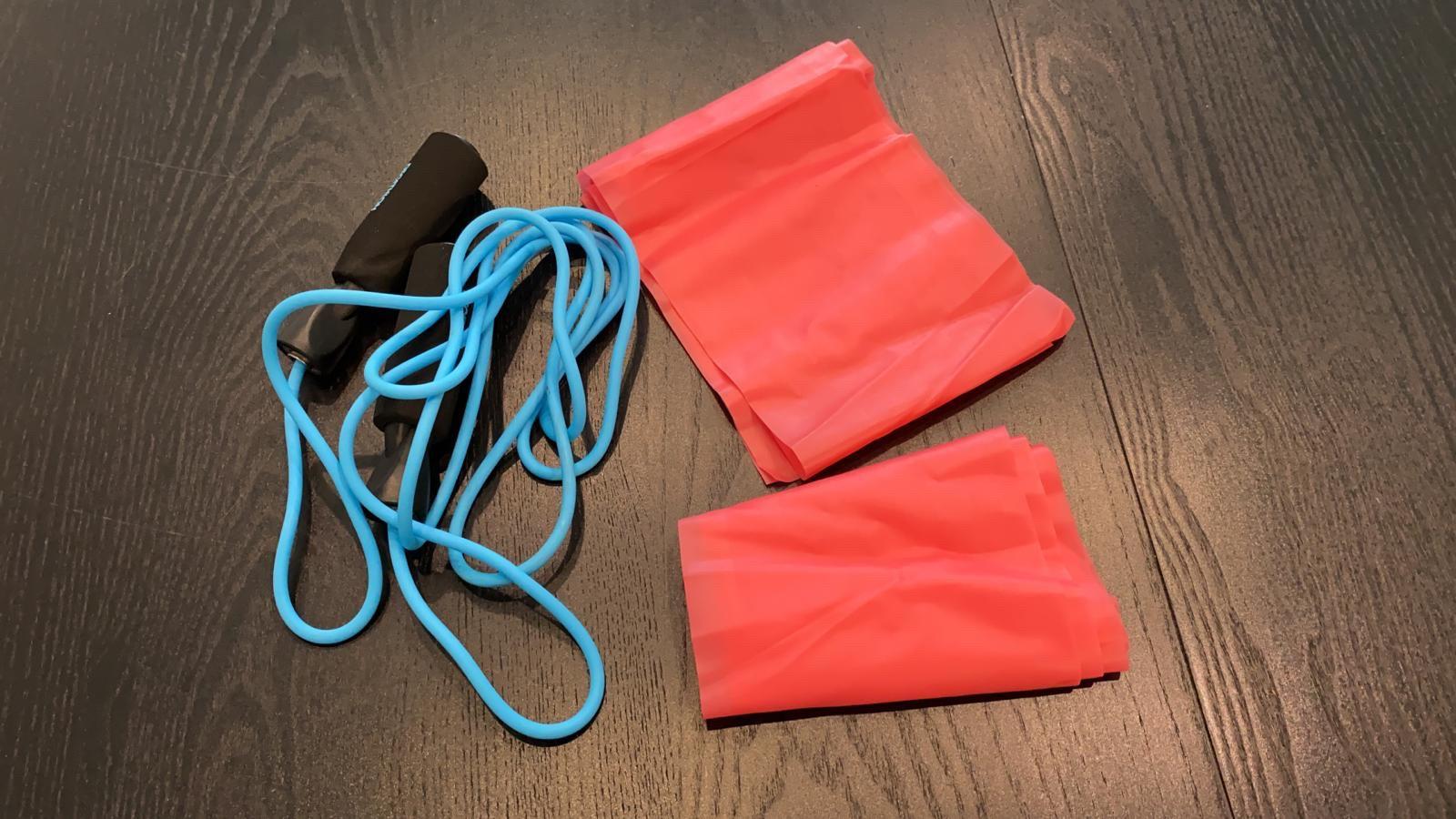 ▲彈力繩、小型滾輪以及按摩槍,是潘若迪會隨身攜帶的運動小物。