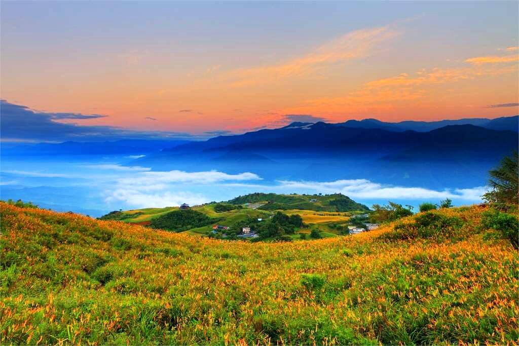 雲彩中的赤科山金針花海(圖片來源:花東縱谷國家風景區)