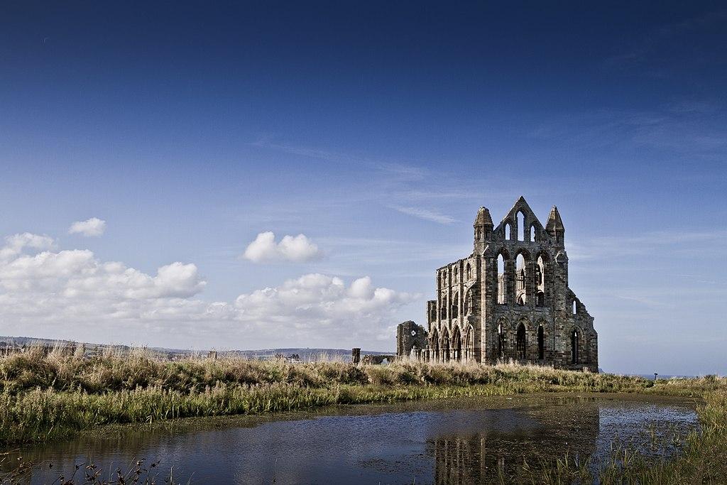 惠特比修道院 (Photo by Michael D Beckwith, License: CC0, 圖片來源commons.wikimedia.org/wiki/File:Whitby_Abbey_(12647024594).jpg)