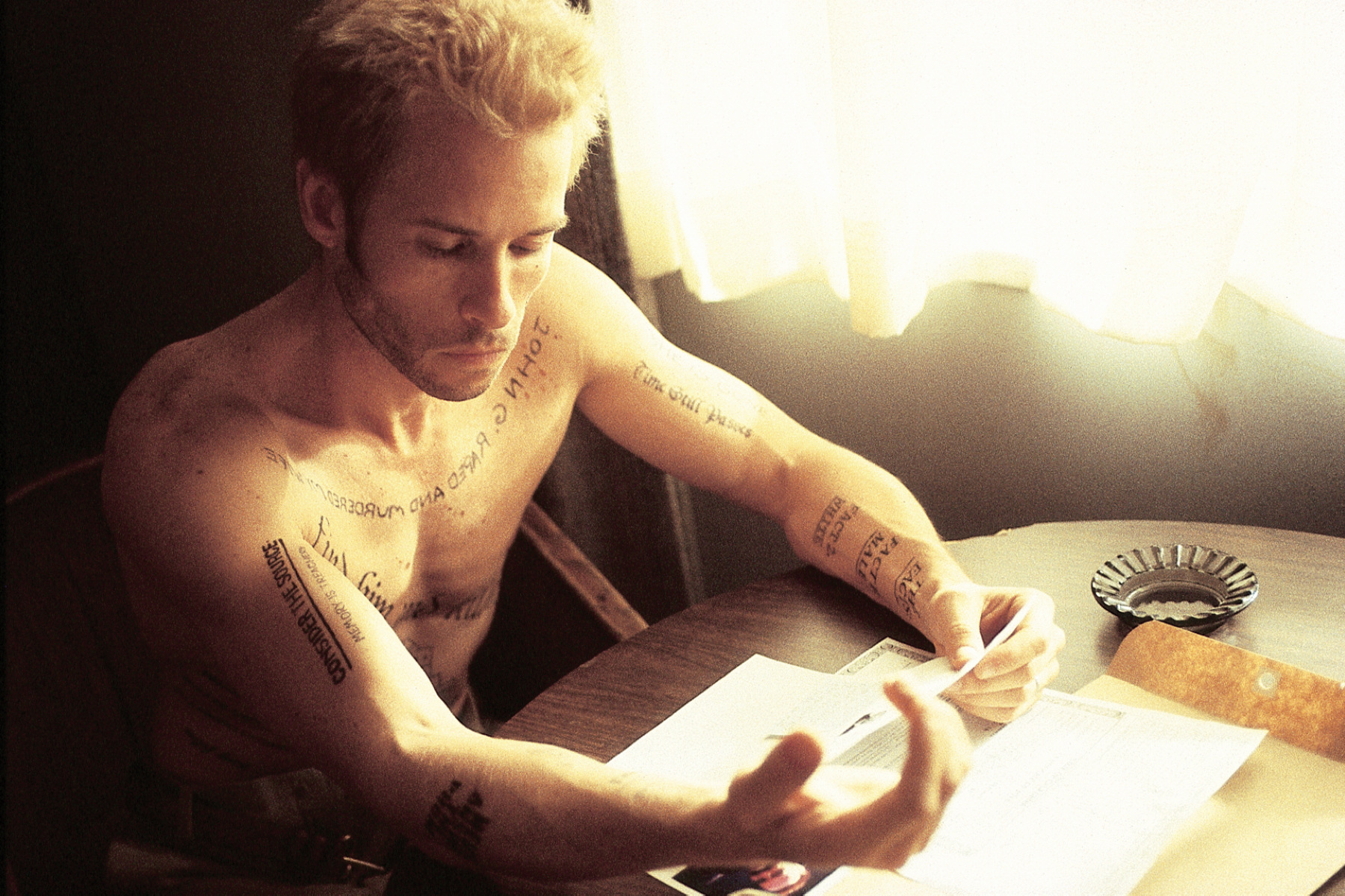 本片是票房名導克里斯多福諾蘭20年前的經典燒腦神片,圖為男主角蓋皮爾斯