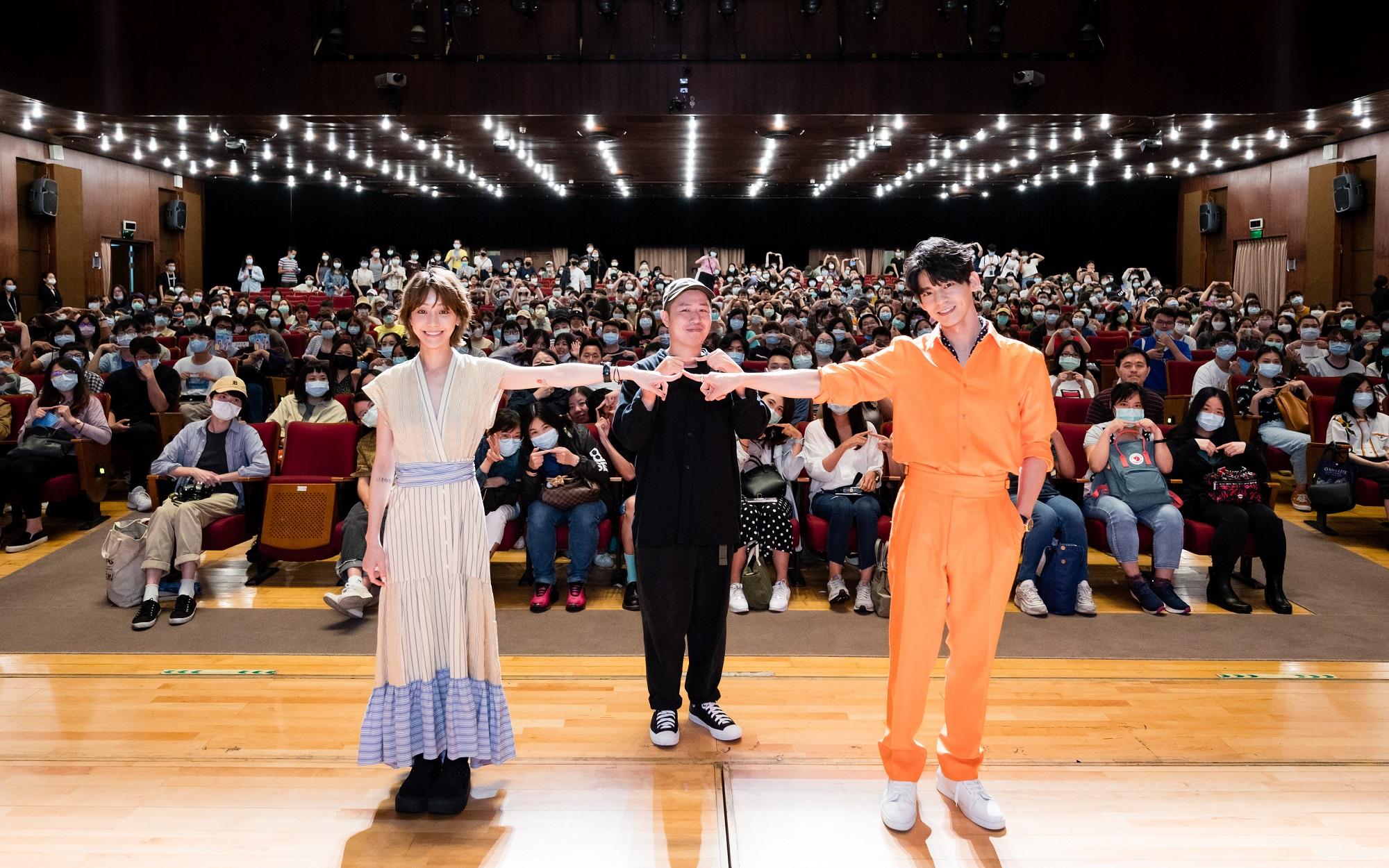 《怪胎》北影首映 導演廖明毅、主演林柏宏、謝欣穎開心與觀眾合影 比出怪胎官方心電感應手勢