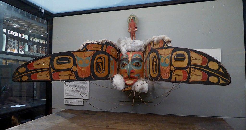 皮特・里弗斯博物館的海達族首領渡鴉變形面具(Photo by Ethan Doyle White, License: CC BY-SA 4.0, Wikimedia Commons提供)