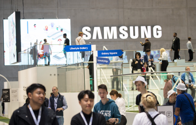 Visitors at the Samsung boot during the international electronics and innovation fair IFA in Berlin on September 11, 2019. (Photo by Emmanuele Contini/NurPhoto)