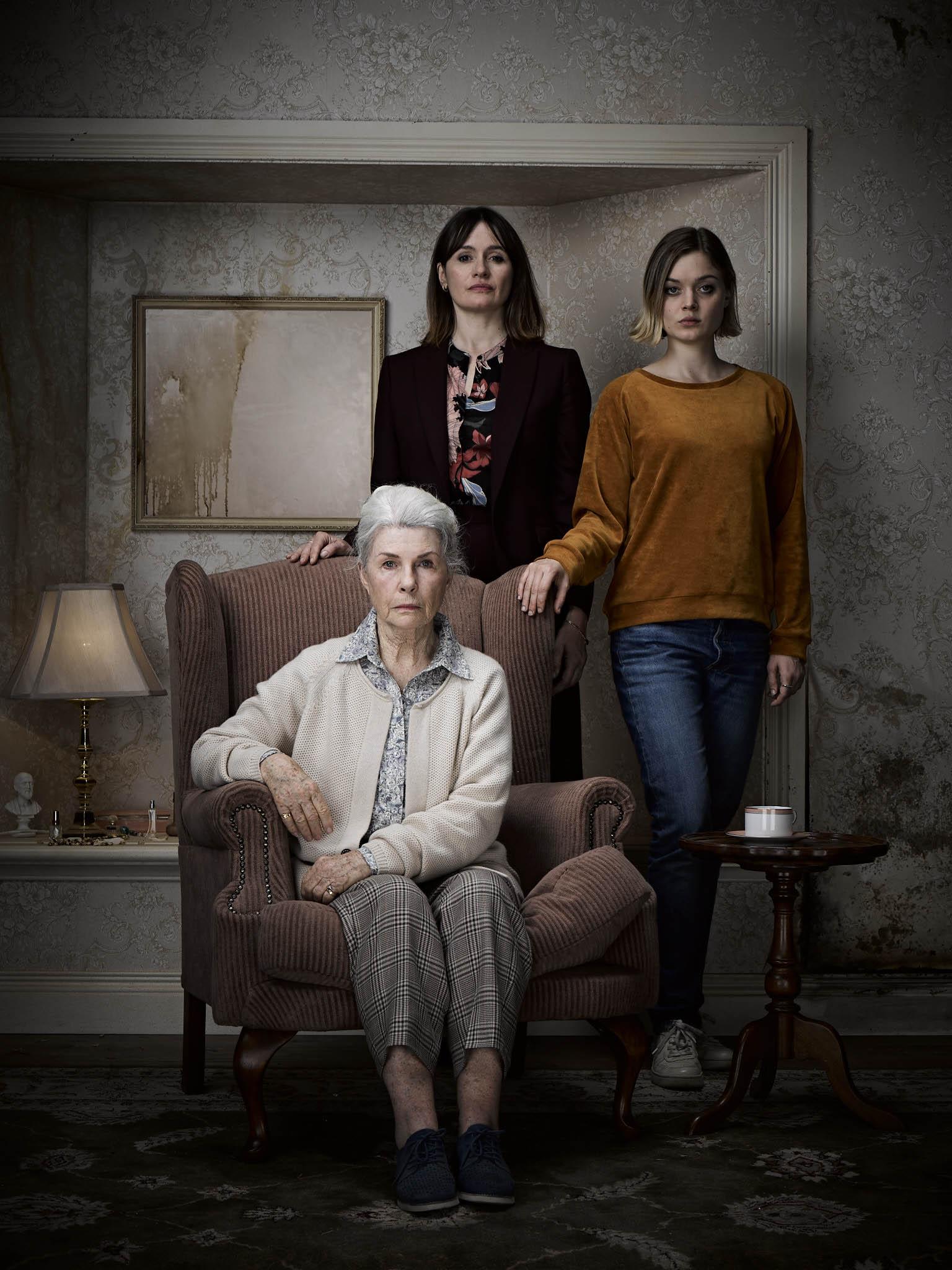 這是一部全女性演出的恐怖電影,由演過多部恐怖片的艾蜜莉莫提梅(後)、《駭客任務》中的先知蘿蘋納文(坐),以及貝拉希斯寇特(右)擔任主演