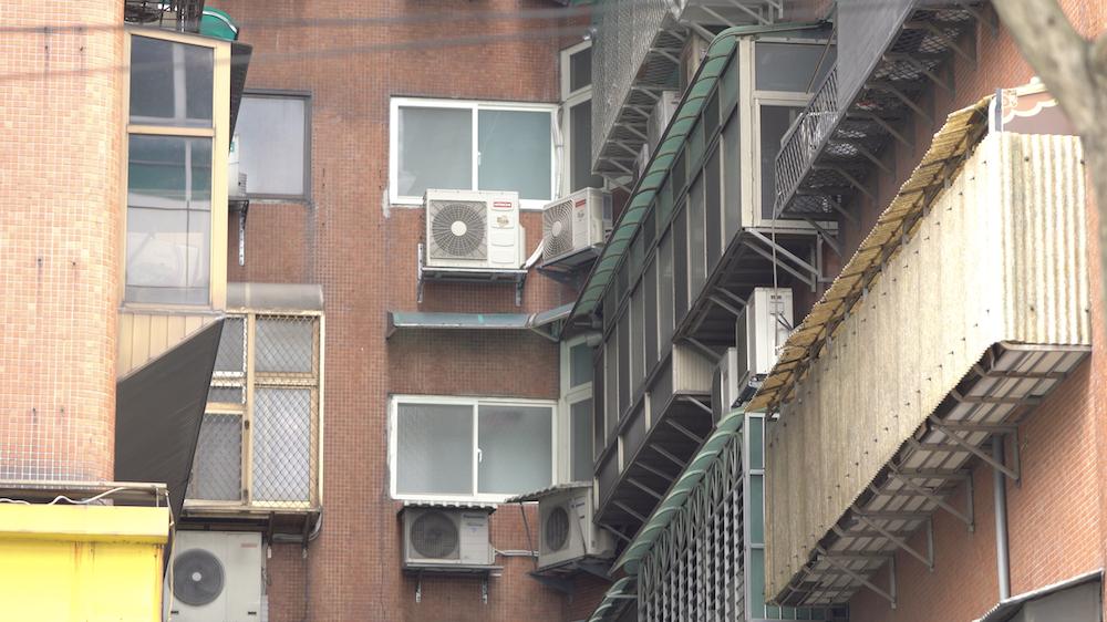 ▲若建商有做到完整事前規劃,就不會有冷氣室外機外露、管線及遮雨棚凌亂的問題。(圖片提供:鉅陞建設)