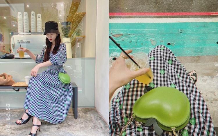 挑選同品牌的印花格紋洋裝,衣服上綠色的花朵與包款同色呼應,讓整套造型更為完整。