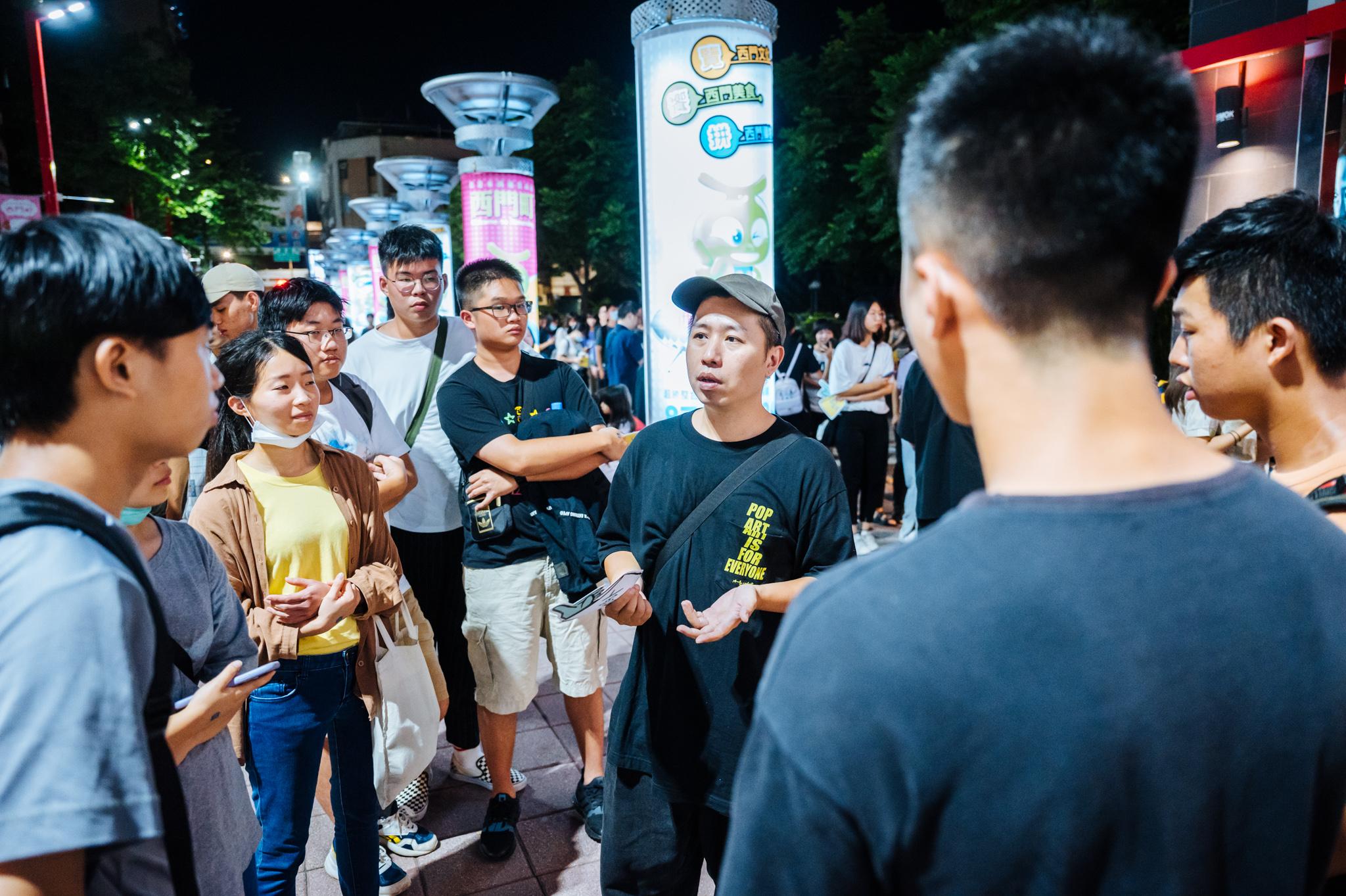 《怪胎》人氣爆棚 導演廖明毅路邊開講 吸引人群圍觀